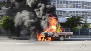 Caminhonete pega fogo após atingir motociclista, em Vitória - Acidente aconteceu na tarde desta terça-feira (14), na Beira Mar.Motociclista ficou ferido e caminhoneiro fugiu do local.