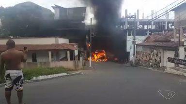 Mais um ônibus em Vila Velha é incendiado - Incêndio ocorreu no bairro Vila Garrido.
