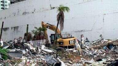 Trabalho de remoção dos escombros no Grand Parc começa, em Vitória - Entulhos e carros soterrados estão sendo retirados.