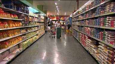 Dólar cai e ajuda a derrubar preços dos alimentos - O dólar mais baixo está ajudando a derrubar o preço de alguns alimentos. Na terça-feira (14), pela primeira vez em 20 meses, o dólar fechou abaixo de R$ 3,10.
