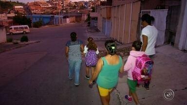 Estudantes de Várzea Paulista estão sem transporte escolar - A Prefeitura de Várzea Paulista (SP) deixou de fornecer transporte escolar para várias crianças da assim. Agora, muitos estão perdendo aula ou tendo que ir a pé até a escola.