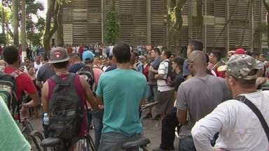 Desempregados fazem mais um protesto em Cubatão - Centenas de manifestantes se reuniram na porta da prefeitura, nesta terça-feira.