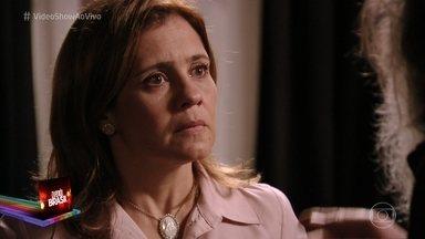 Novelão Avenida Brasil: Carminha descobre que Nina ficou com o dinheiro de seu resgate - Roni convida Leandro para morar em sua casa e Suelen não gosta nada da ideia.