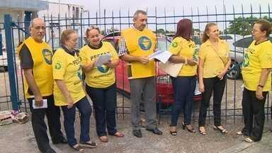 Funcionários da área administrativa da receita fazem protesto em Manaus - Eles pedem pagamento de gratificação e o pagamento do abono por eficiência.