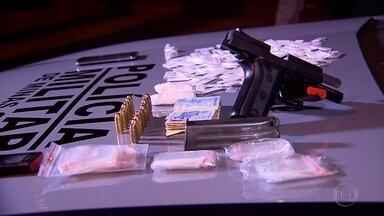 Homem é preso com drogas na Região Nordeste de Belo Horizonte, diz PM - Segundo a corporação, suspeito estava com arma de uso restrito da Polícia Civil.
