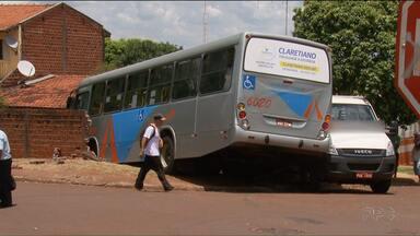 Ônibus invade quintal de casa em Maringá - O ônibus bateu em um caminhão e acabou quebrando o muro de uma casa e invadindo o quintal.