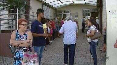 Fila para agendar consultas gera queixas no Ceme de São Carlos - Falta de informações e agilidade prejudicam atendimentos.