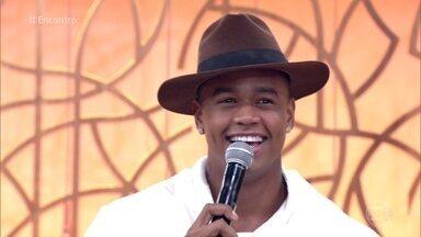 Léo Santana comenta namoro com a bailarina do 'Domingão', Lorena Improta - Cantor conta que eles já eram amigos há um tempo, mas agora estão juntos e felizes