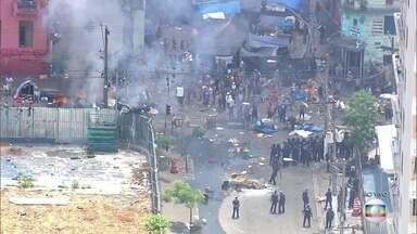 Manifestantes bloqueiam rua na região da Cracolândia em SP - A Força Tática da Polícia Militar tenta controlar a situação na Rua Helvétia, no Centro. Usuários de drogas atearam fogo para bloquear a passagem e jogaram objetos nos policiais.
