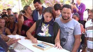 Centenas de pessoas acompanham o velório e o enterro de menina mortar por vizinho - Centenas de pessoas acompanharam o velório e o enterro da pequena Ana Clara. A menina de 7 anos foi morta por um vizinho em Goiânia, Goiás.