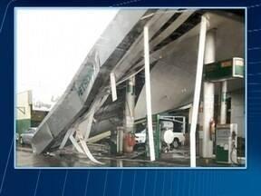 Cobertura de posto cai durante temporal em Ouro Verde - Bombeiros e a polícia não foram acionados ao local.