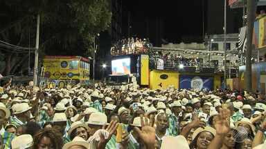 Samba de raiz reina absoluto na quinta (23) de carnaval no circuito Osmar - Teve marchinhas, pagode e música de capoeira.