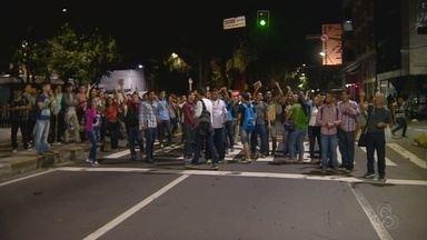 Após vandalismo, ônibus de Manaus param serviços e população protesta - Paradas ficaram lotadas e passageiros protestaram em avenidas.