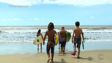 Na Carona: Isabel Ferrari conhece família de músicos apaixonada pelo surf - Reportagem faz parte da série do Globo Esporte RS.