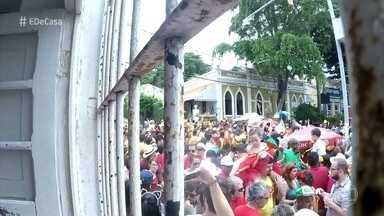 Zeca Camargo visita família de Olinda que mora de frente para a folia - Blocos de Olinda passam na frente da casa de Joana. Zeca Camargo aproveita a festa e cai na folia