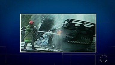 Batida entre caminhão e carro deixa dois carbonizados na BR-356, no Rio - Vítimas carbonizadas estavam presas às ferragens, afirma os bombeiros.