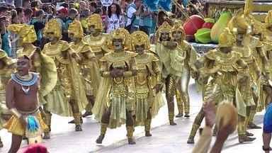 Comissão de frente da Rosas de Ouro celebra Osíris, o deus da vida - O desfile começa com as representações dos grandes banquetes na Idade Antiga. A comissão de frente encena a lenda do banquete oferecido ao deus Osíris pelo irmão, o deus Seth. O deus da violência queria controlar a Terra e ficar no lugar do irmão.