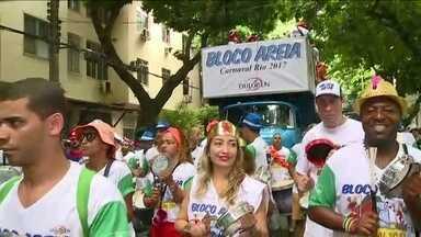 Bloco Areia leva mais de 15 mil pessoas pelas ruas do Leblon (RJ) - Um bloco que começou com um pequeno grupo de amigos já é um dos maiores do Leblon, na Zona Sul do Rio. O Areia completa 15 carnavais.