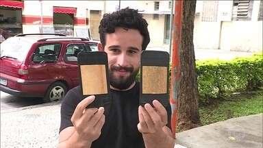 Foliões enganam os ladrões de celular em Belo Horizonte - No meio da festa, é comum encontrar quem já teve o celular furtado. Muitos foliões usam a famosa 'doleira', para esconder o aparelho. Outro truque é levar um celular de brinquedo.