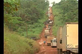 Caminhoneiros parados na BR-163 recebem doações - Ministério da Defesa enviou cestas básicas para os caminhoneiros.