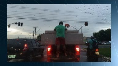 Motorista transporta homem na carroceria de picape para segurar sofá, em Goiânia - Em outro caso, um caminhão de entulho foi filmado levando a carga sem a devida proteção.