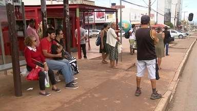 Passageiros têm dificuldade para usar o transporte público em Ceilândia - Quem estava em Ceilândia e precisou pegar transporte público no feriado enfrentou muita dificuldade. É o transporte pirata que acaba atendendo os passageiros.