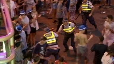 Polícia apreende 40 facas com foliões no carnaval do Eixão Sul - A noite de festa teve muita confusão e pancadaria no Bloco Raparigueiros, no Eixão Sul. Um jovem de 19 anos foi detido por tentar esfaquear outras pessoas no meio do carnaval do Eixão Sul.