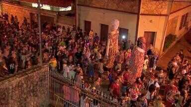 Bloco Zé Pereira leva foliões para as ruas de Rio Novo - Bloco é o mais tradicional da cidade. Uma chuva quase acaba com a alegria do folião.