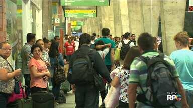 Litoral do Paraná foi o destino preferido de quem deixou Curitiba pela rodoviária - Ao todo, cerca de 1.400 ônibus deixaram a capital no feriado.