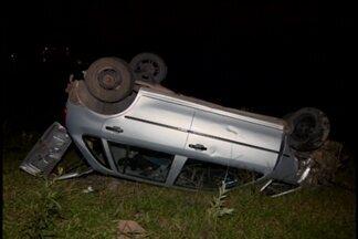 Homem fica ferido em acidente em Divinópolis - Motorista perdeu o controle na curva e caiu na ribanceira.
