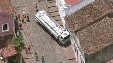 Caminhão-pipa continua na Ladeira da Misericórdia - Veículo está há mais de 24 horas preso à casa.