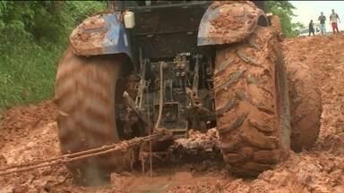 Caminhões parados em atoleiros na BR-163 voltam a circular parcialmente - Milhares de caminhões parados há três semanas nos atoleiros da BR-163 no Sudoeste do Pará começaram a andar em meia pista.