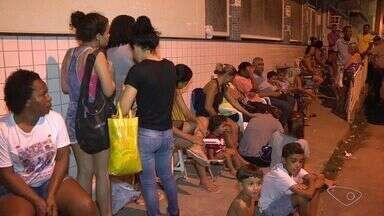 Capixabas dormem em filas para conseguir vacina de febre amarela - Vacinação na Serra será feita em apenas seis unidades de saúde nesta quinta-feira (2).