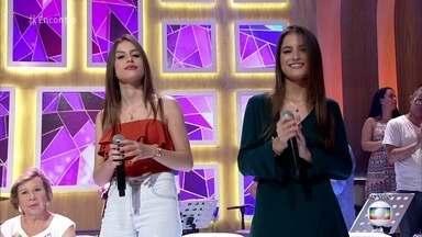 Júlia e Rafaela cantam 'Paredes Pintadas' - Irmãs fazem sucesso na internet. Música lançada em janeiro já está entre as mais tocadas