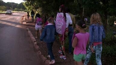 Alunos da área rural do Gama caminham até duas horas para chegar à escola - Desde que as aulas começaram, em 10 de fevereiro, não há transporte escolar para quem mora na área rural e estuda no Gama. Pais reclamam do problema.