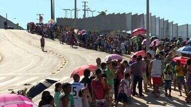 Mutirão da febre amarela forma fila gigante no estádio Kleber Andrade - Previsão é de vacinar 10 mil pessoas até as 17h deste sábado (4).Sol forte foi um complicador para as pessoas.
