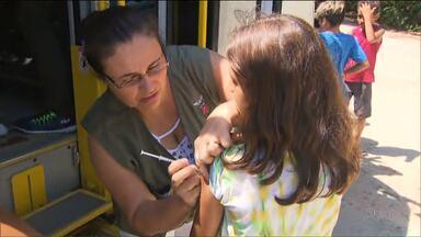 Começa a segunda etapa de vacinação contra a dengue em 30 cidades do Estado - Paranaguá é uma dessas cidades. Tem ônibus percorrendo as regiões de difícil acesso.