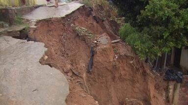 Em Olinda, chuva causa deslizamento de barreira - Ruas também ficaram alagadas e moradores ilhados.
