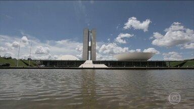 Reforma da Previdência é discutida na Câmara dos Deputados - O presidente da Câmara, Rodrigo Maia, se encontrou com o ministro da fazenda Henrique Meirelles e defendeu a idade mínima de 65 para homens e mulheres, como está na proposta do governo.