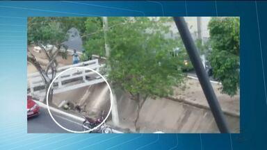 Passarela de canal cai e um pedestre fica ferido em Campina Grande - Uma passarela no canal que passa na Avenida Giló Guedes e vai até o Açude Velho caiu e um pedestre ficou ferido.