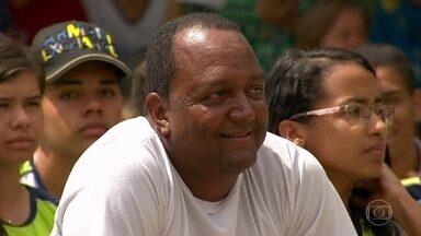 Professor do interior de Minas Gerais estreia a nova temporada de 'Ao Mestre Com Carinho' - Reginaldo recebe uma grande homenagem dos alunos