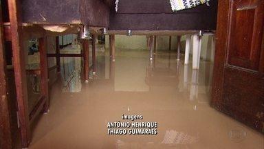 Moradores de Olinda, Jaboatão e Paulista também sofreram com a forte chuva - Em Olinda, houve pequeno deslizamento de barreira