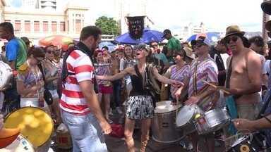 Blocos de carnaval desfilam neste sábado mesmo com o fim da folia na quarta de cinzas - A Praça da Estação virou ponto de encontro de vários blocos. A despedida foi com muita alegria e animação.
