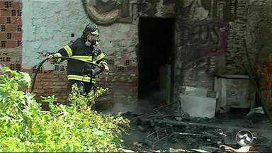 Bombeiros controlam incêndio em uma casa em Caruaru - Cso ocorreu na manhã deste sábado (4) e ação evitou que fogo espalhasse.