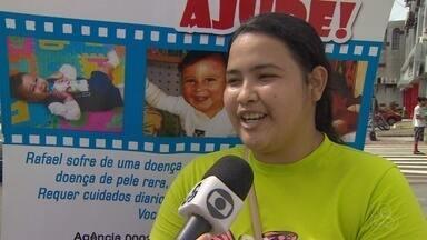 """Família arrecada doações para menino com doença rara, em Manaus - Mãe organizou """"pedágio"""" para arrecadar fundos para cirurgia."""