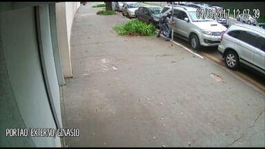 Vídeo: câmera flagra ladrão furtando caminhonete na zona 2, em Maringá - Polícia procura por ladrão