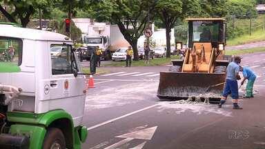 Caminhão derruba carga que ia para curtume na Av. Colombo, em Maringá - Motorista do Paraguai foi multado