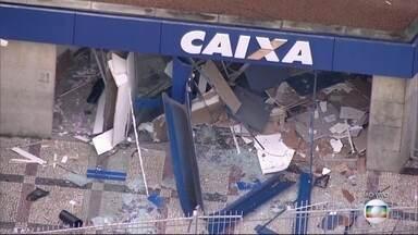 Bandidos explodem agência da Caixa Econômica em Belford Roxo - A agência da Caixa Econômica Federal em Belford Roxo foi alvo de ataque de bandidos na madrugada desta terça-feira (7). A fachada da agência bancária foi destruída.