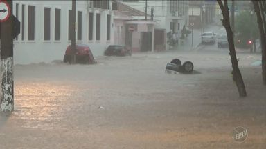 Temporal em Piracicaba alaga ruas, arrasta carros e abre cratera em avenida no Centro - O buraco foi aberto na Avenida Armando Sales de Oliveira e tem cerca de 1 metro e 70 centímetros de profundidade.