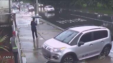 Câmeras de segurança flagram tentativa de roubo na marginal do Piçarrão, em Campinas - A vítima foi abordada enquanto entrava com o carro na garagem de casa. Ela acabou derrubando o portão ao tentar sair e os suspeitos fugiram.